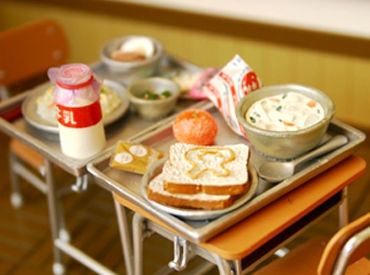 学校給食の調理補助をお任せ♪ \未経験の方も大歓迎!/ 簡単なことからお任せ& 丁寧に教えるので安心です◎