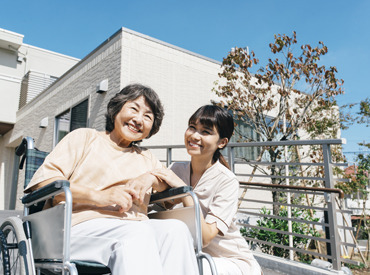 【介護スタッフ】[夜勤なし]生活リズムも崩れません!中高年の方も活躍中!初任者研修をお持ちの方は無料で介護福祉士の資格にチャレンジ可!