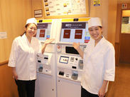 <セルフサービスのお店>お客様に券売機を購入いただき、発券番号が機械に表示されると商品を受け取りにいく仕組みです!