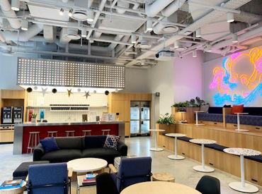 オフィスの休憩スペースです。お洒落な内装で居心地◎ 飲み放題のドリンクサーバーも完備しています!!