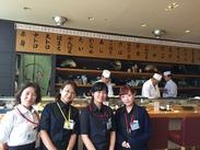 留学に憧れている、空港で将来働きたい、寿司が好き...そんなスタッフが多数!日本×海外、そんな雰囲気のお店です♪