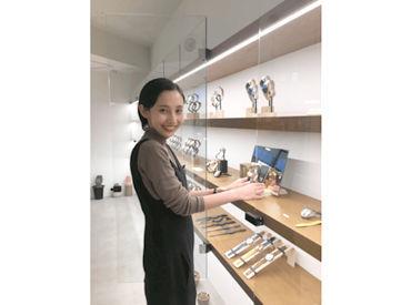 【販売スタッフ】知名度が高い時計や雑貨を多数販売!!!お客様も当社のブランドに興味がある方が多く、ご案内や販売をしやすいお店です。