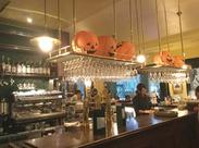 落ち着いた、オトナが集まる雰囲気のお店。豊かな時間が流れる、居心地のよい空間です**