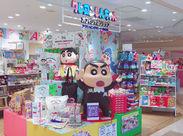大人気アニメ『クレヨンしんちゃん』のオフィシャルショップでグッズ販売をお任せ♪未経験OK!イチから丁寧に教えます◎