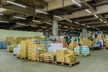 倉庫内で食料品のピッキング業務♪効率よく高時給でバッチリ稼げちゃいます◎ 免許を活かして安定収入をGETすることも♪