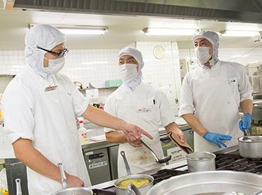 【調理補助】企業内社員食堂での調理補助のお仕事。経験も資格も不要!盛付や片付けなど簡単なお仕事なのでスグできるようになります。