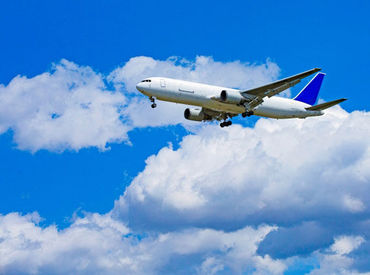 空港内で特殊車両を使った荷物運び♪ 「飛行機が好き!」「空港で働きたい!」 そんな応募きっかけも大歓迎★ ※写真はイメージ