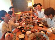 """嬉しいまかないあり! ヘルシーでおいしい和食を囲んで、 楽しく休憩しましょう。 私たちは一緒に働く""""仲間""""を 大切にします!"""