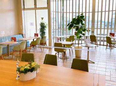 印象的な大きな窓が開放的♪常連のお客様も訪れる、癒しの空間です◎