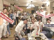 これはスタッフみんなで食事をした時の♪オリジナルタオルを掲げて盛り上がってます!!