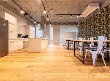 木目調のフロア×コンクリート打ちっ放しの天井。フォトジェニックでお洒落なシェアオフィスです♪♪