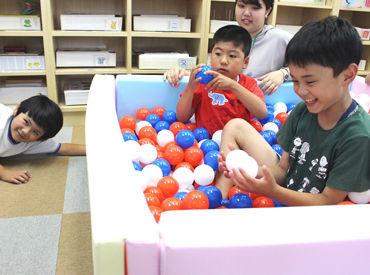 子どもは遊びながら、成長していきます!写真のように、ボールプールで一緒に楽しみながら、子どもの成長を見ることもできます!