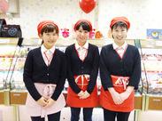 制服はお店のカラーの赤♪学生・フリーターを中心に活躍中です!バイトが初めての方も大歓迎!