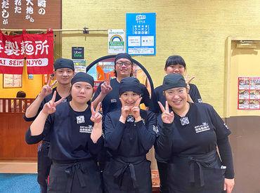 \後ろの列真ん中が…頼れる店長/ 厨房は店長と社員さんにお任せあれ☆ みなさん優しいから安心ですよ!