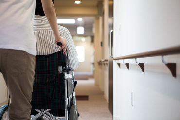 ~患者搬送介助のお仕事も!~ 車椅子やストレッチャーに乗った患者様の病院内搬送をサポートします。