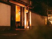 赤坂の賑やかな街並みに佇んだ、境内の中にある和風一軒家レストラン。落ち着いた雰囲気と温かい提灯の光がお客様をお出迎え◎