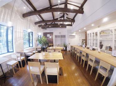 木造一軒家の大きな出窓が目印の隠れ家カフェ♪緑に囲まれながら解放感のある素敵なcafeで働こう★