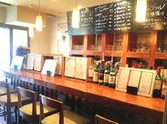 ワインやグラスが並ぶ店内には開放感あふれるカウンターがあります★種類豊富なワインがズラリ♪お酒にも詳しくなれますよ!