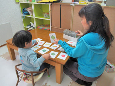 このカードは何の絵かな~?なんて、 遊びながらお勉強したり…♪ 無資格の方も大歓迎!子どもたちの成長をサポートしましょう◎